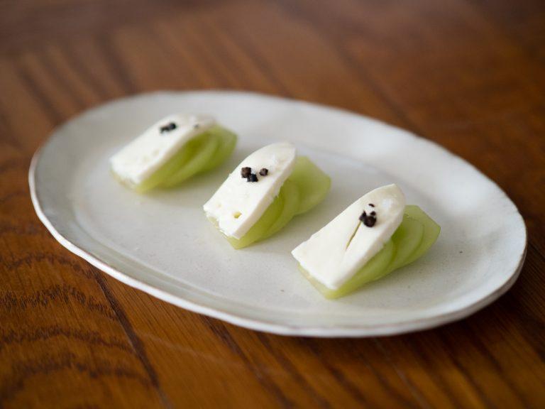 モッツァレラチーズにカットしたシャインマスカットを合わせて、塩と黒コショウをひと振り。さわやかな酸味とチーズの組み合わせが美味!