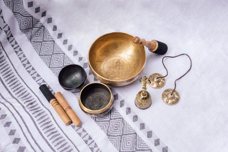シンギングボウルやティンシャーなどの密教具コレクション。大きいシンギングボウルにはチベットで高い人気を誇る緑ターラが描かれている。