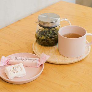 本日の1煎茶(オーガニック烏龍茶)500円。茶葉は宮崎の〈宮崎農園〉のもの。〈sundayfromage〉のチーズ(1,500円)は写真映えばっちり。〈MOHEIM〉のマグは購入可能、1,600円。