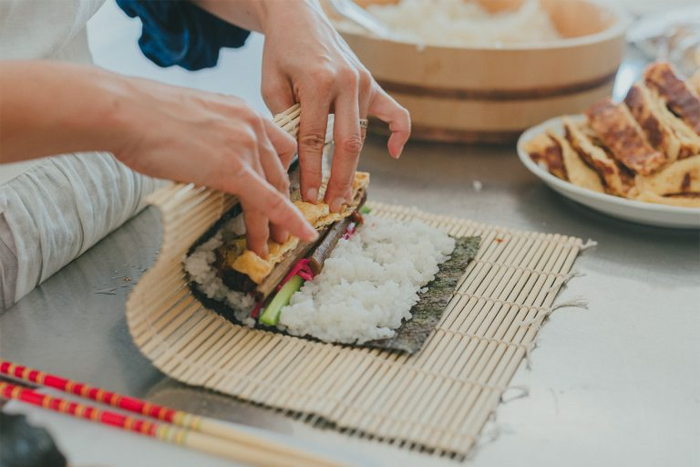 今回のレッスンは、無農薬や有機の食材を作る秋川牧園とコラボした「太巻きで彩るハレの日のテーブル」。生徒全員1本ずつ太巻きを作り、具を変えたバリエーションも教わる。