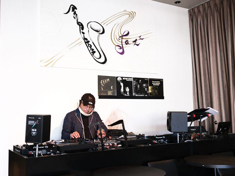 試食会ではDJ・須永辰緒氏が特別にプレイ。