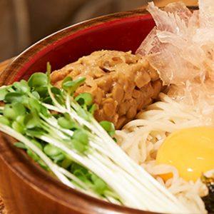 """日本橋エリアの老舗蕎麦屋3選!""""つゆ""""にこだわる旨味たっぷり「カレー南蛮」も。"""