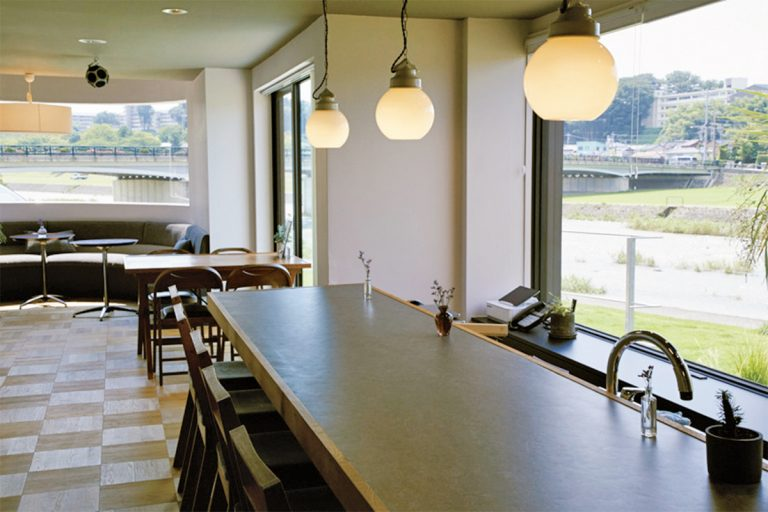 開放的なカフェスペース&テラスでは挽きたてのコーヒーを味わえる。