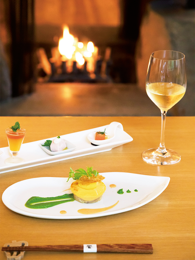 森の散策からホテルに戻ると、暖炉の傍のディナーが待つ。メープルサーモンのリエットや口溶けの良いヤリイカのファンダンの前菜と、晩秋から冬が旬のイトヨリとアサリのメインディッシュ。