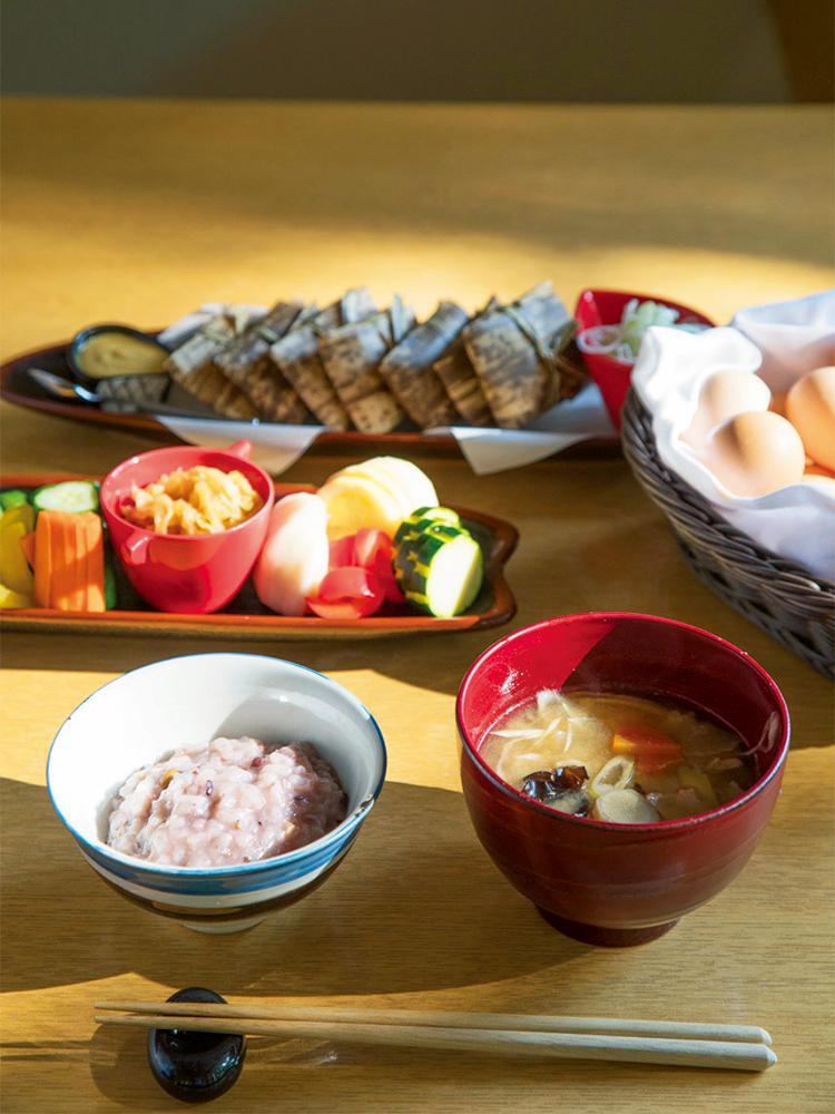 具沢山のお味噌汁や地鶏の卵の和朝食。ほか野菜やフルーツたっぷりの朝のご馳走がビュッフェに並ぶ。