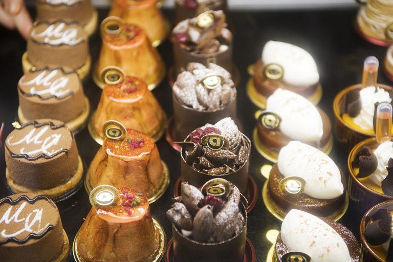 ショーケースにずらりと並べられた美しく飾られた生菓子に目移りしてしまう。