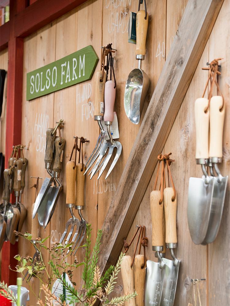 スコップやハンドフォークなどSOLSOの職人たちも使っている本格的なガーデニング道具もそろう。