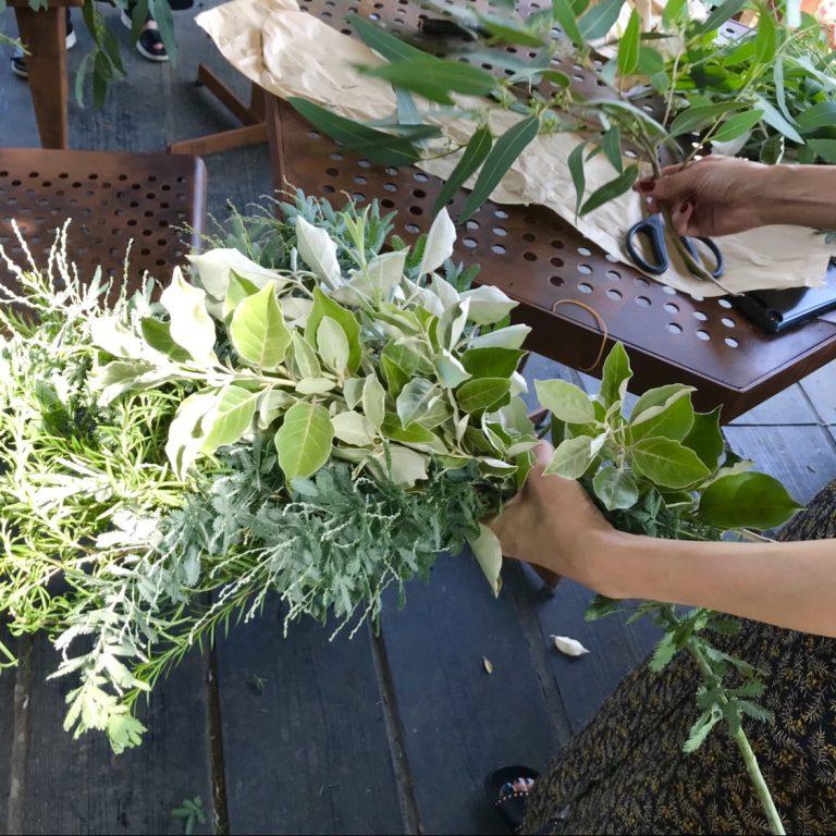 夏に開催した、虫除け効果の高い植物を使って花束を作るワークショップの様子。使われた花材は、ファーム内で剪定した草木の枝を再利用したもの。自宅で育てている植物の活用法も学べると大好評。
