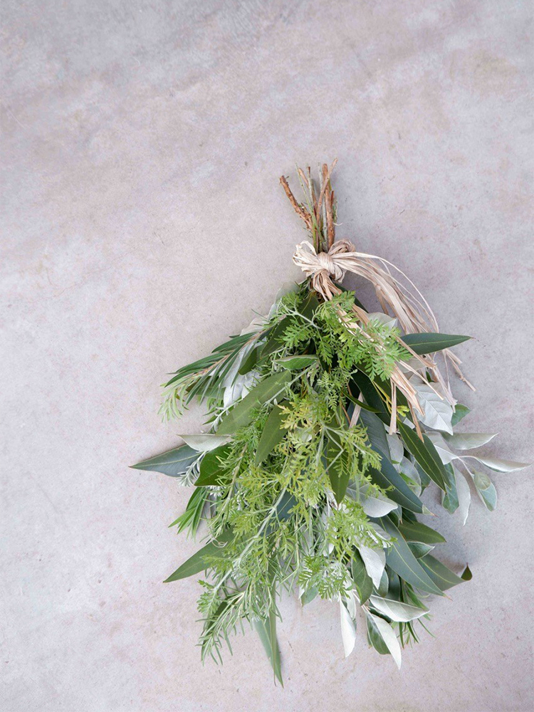 香りの良い花束はドライにしてスワッグとしても長く楽しめる。