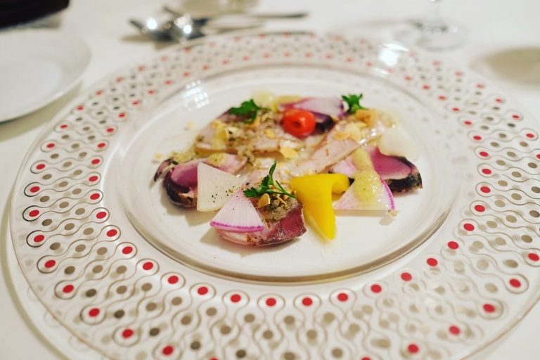 前菜、オリーブハマチのカルパッチョと季節野菜のマリネ。