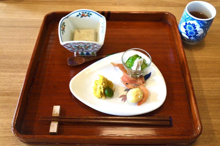 前菜「太刀魚の背ごし、揚げなんきんふこし、芋ねり」と小鉢「枝豆胡麻豆腐 小豆島産オリーブオイル塩」。