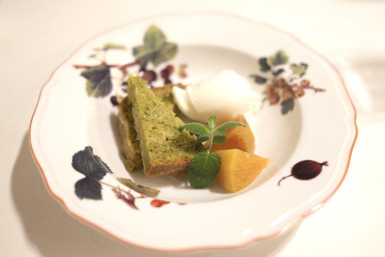 新漬けオリーブのケーキと柿のコンポートとミルクジェラート。
