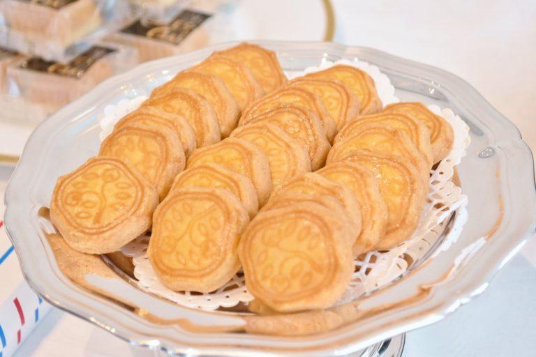 昭和初期から作り続けている〈資生堂パーラー〉を代表するお菓子の「花椿ビスケット」。