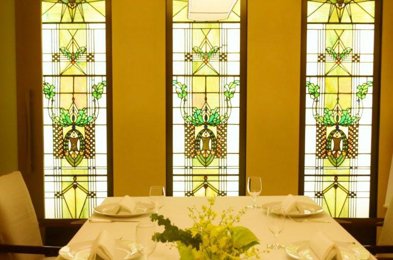 5階の個室では1928年から受け継がれているステンドグラスの部屋も。特別な日に予約したい。