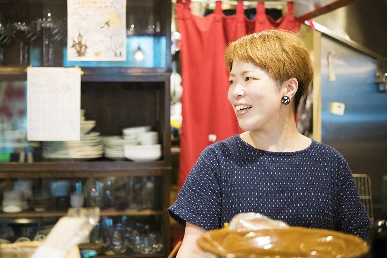 店名の〈カタリナ〉は日本語の「語り」から。4文字で耳なじみのいい言葉を探していて選んだそう。カウンターで岩崎さんとおしゃべりしながらグラスを傾けていると、ついつい長居してしまうはず。