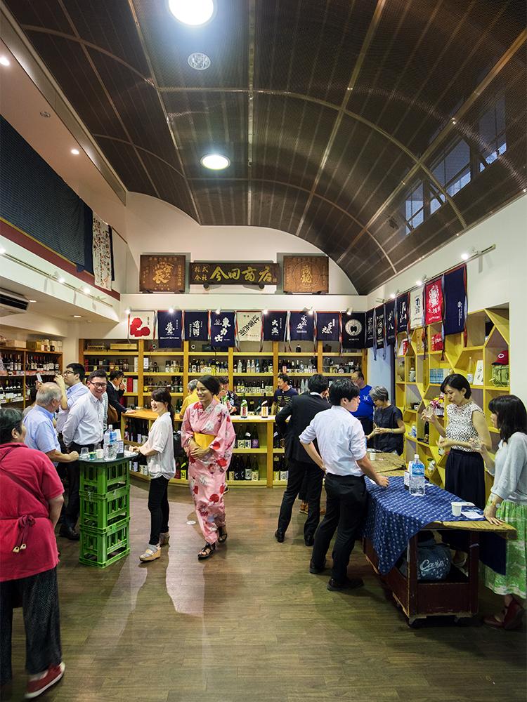 栃木の酒蔵「辻善兵衛商店」の試飲会では近隣のビジネスマンや各地のお酒好き、日本酒ビギナーの留学生など様々な層が集まった。5種の利き酒につまみも振る舞われて1,500円。