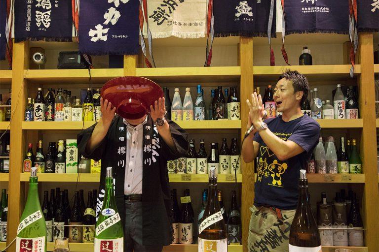 イベントは江戸時代から伝わる「新川締め」で終了。「ご繁盛~」の掛け声で杯をあける。