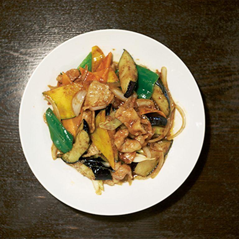 ナスをはじめたっぷりの野菜と豚肉を甘辛ダレで絡めたナスミソ炒め 760円(税込)。ボリューム満点でお腹いっぱい食べられる。