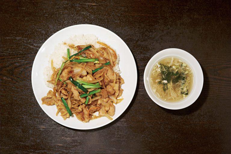特製のスタミナダレでしっかり味付けされた肉野菜炒めをご飯にガツンとのせたスタミナ飯 860円(税込)は、幅広い層に人気!