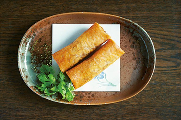 春巻き(1本)310円(税込)は、空気を含ませ筒状になるようにやさしく巻くことで、パリパリ食感のおいしい春巻きに仕上がる。