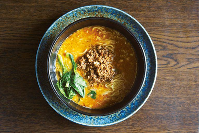 麺とスープがよく絡み、白ゴマのコクと香りが広がる担々麺 1,000円(税込)は王道のおいしさ。マイルドな味わいが楽しめる。