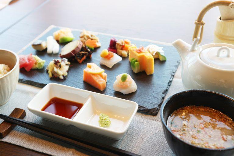 「12 種類のおばんざいプレート(手巻き寿司 or だし茶漬け)」2,000円。