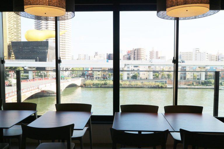 大きな窓からは隅田川のパノラマが!
