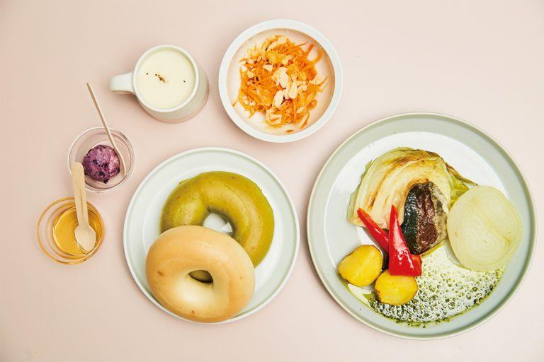 ベーグルセット 1,500円では、魚や野菜など月替わりの3種からメインをチョイス。加えて白味噌マヨネーズなどベーグル用ディップも2種を選べる。フリードリンクもうれしい。