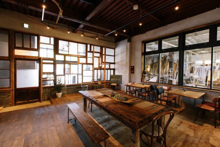 テーブルやチェアはもちろん、窓枠に至るまで廃材でコーディネートされたカフェ。