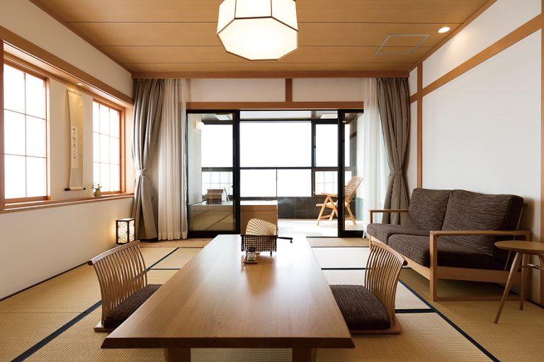 ワイドタイプ客室。家具や調度は飛騨高山〈柏木工〉に特注したもの。手ざわりがやさしい。