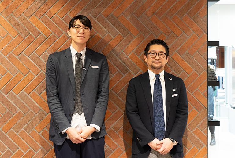スタッフの足達さん(左)グレー、店長の森宗さん(右)はネイビーの色違い。