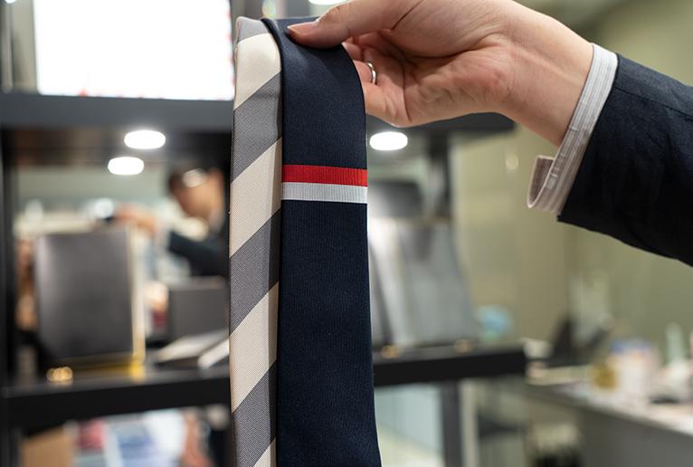 上の写真のポーチはこちらのネクタイと共布です。
