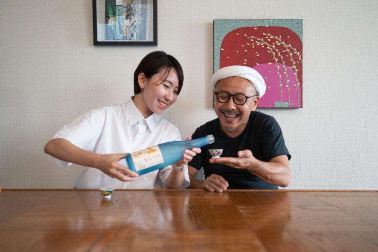 繊細な九谷の盃にあふれる日本酒! 父・テツヤはいつにも増してうれしそう。