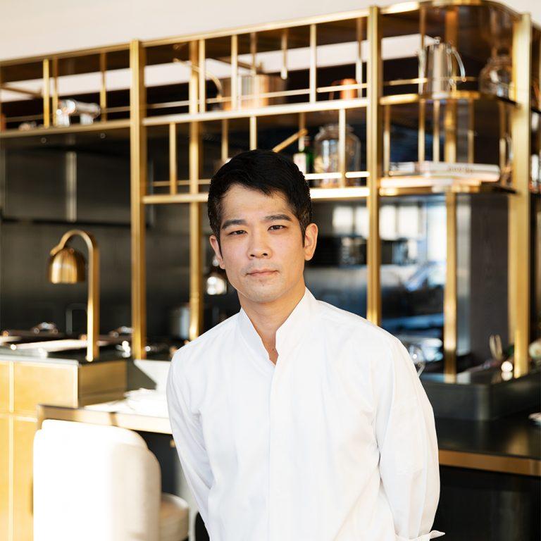 須賀洋介/1976年名古屋生まれ。26歳で〈ラトリエ ドゥ ジョエル ロブション〉のエグゼクティブシェフに任命。2015年に紹介制の〈SUGALABO〉をオープン。