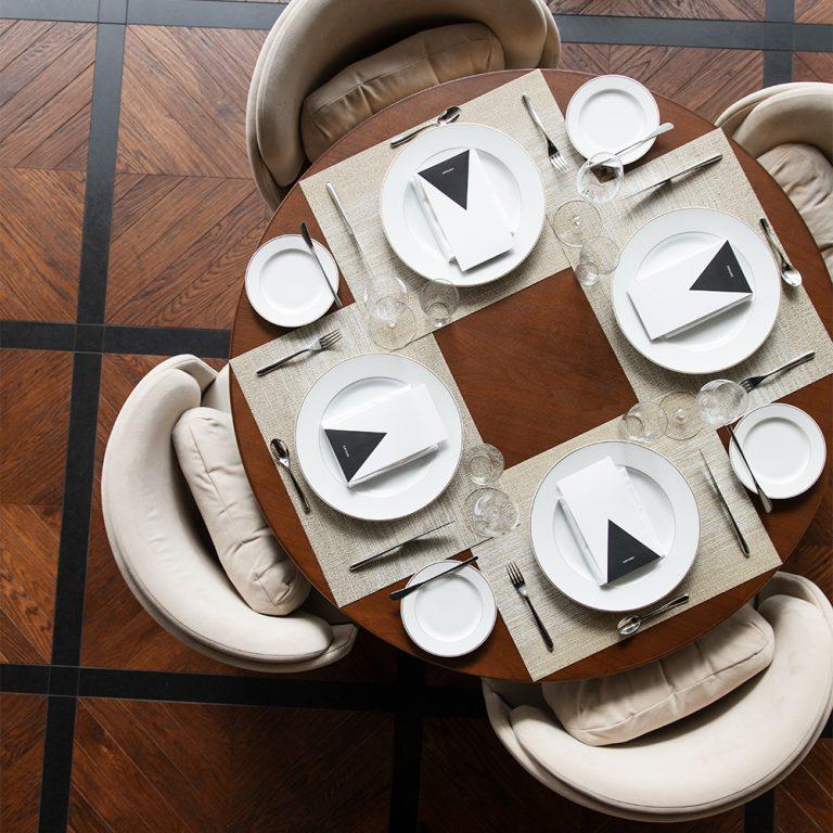 「代官山の街の丘として自然になじむ」というコンセプトのもと、東京とミラノに拠点を置く〈nendo〉が空間をプロデュース。全フロア共通で視線の先に光が見えるようにと球体のライトを随所に配している。レストランではシンプルさと上質感を備えたベルナルドの食器で統一。