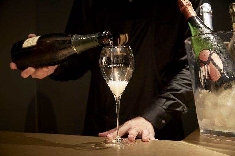 「フランチャコルタ」は瓶内二次発酵させた独自製法のワイン。フランチャコルタ地方の115の生産者が作っている。ブリュット1,200円~(グラス)。