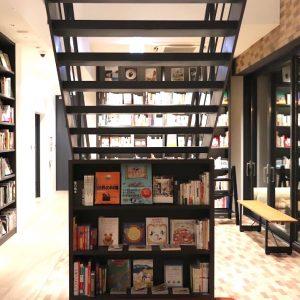 "「COOK BOOK LIBRARY」は、世界中から""食""に関する約3,000冊の本を揃えるライブラリー。お気に入りの本を見つけたら購入することももちろん可能。"