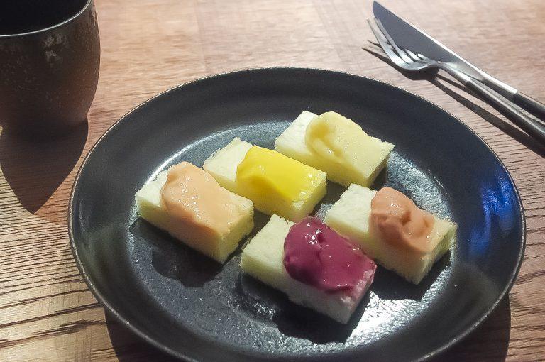 左から時計回りに、桃、マンゴー、りんご、いちご、ブルーベリー。