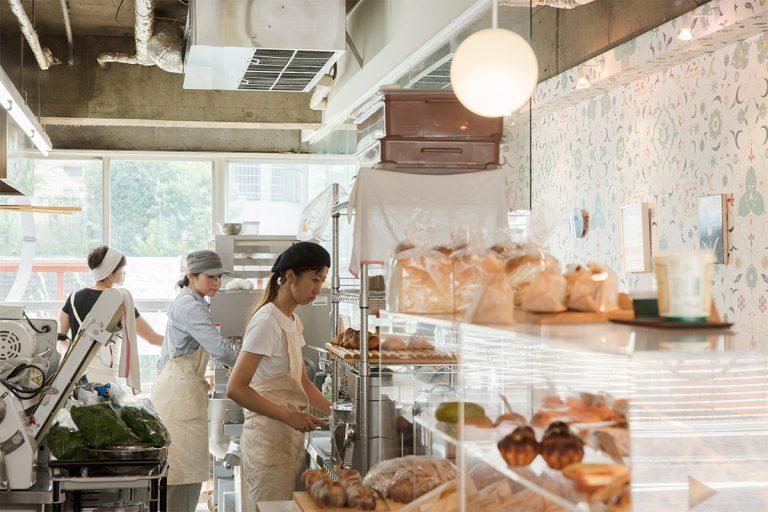 シームレスな店内のキッチンなので作業の様子をライブで見られる。職人の顔がわかり、対面できるのも小さなベーカリーのよさ。