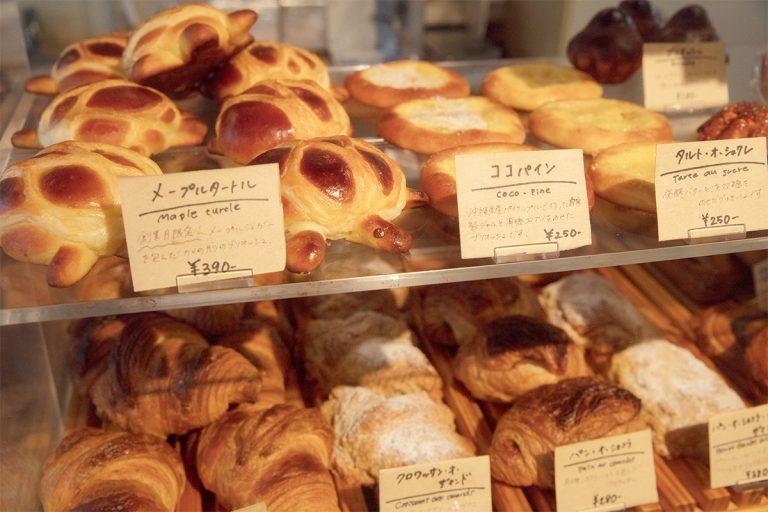 バゲットなどのハード系から惣菜パンまで、多い日で40種近くのパンが並ぶ。時期限定、季節限定のパンが多いのもリピーター思い。子供が喜ぶカワイイ形のパンも。