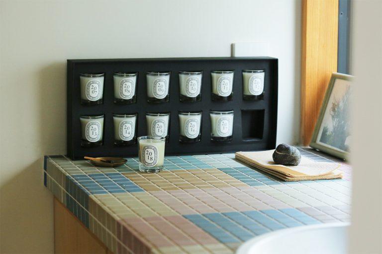 """縁起が良く""""完全性""""を示す数字として古くから知られている""""12""""。11月29日に発売する、限定ホリデーコレクションでは2007年以来〈ディプティック〉が製作してきた12の香りを楽しめる。コレクション名の「サパン」は、フランス語で""""もみの木""""の意。キャンドルコフレ サパン 35g×12種類20,000円(ディプティックジャパン 03-6450-5735)"""