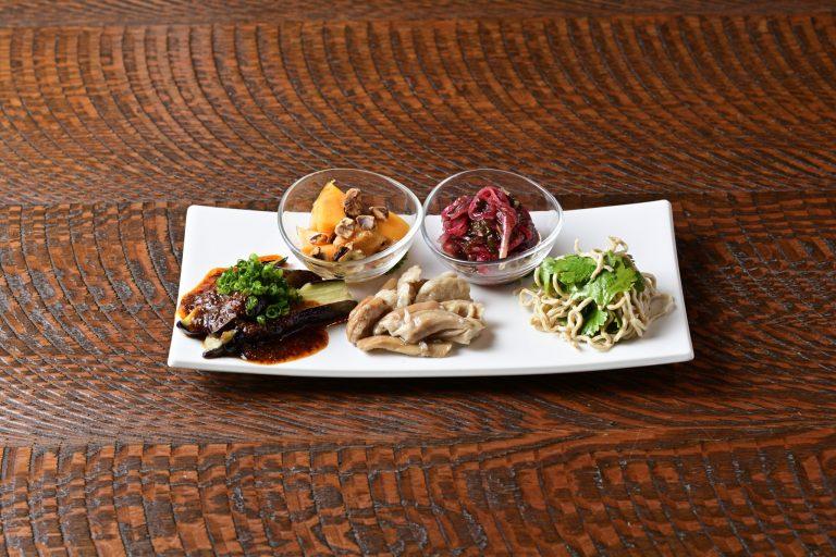 アミューズ5種、四川風のピリ辛ソースを合わせたよだれ茄子に押し豆腐を千切りにした干糸、燻香がアクセントになった車麩など。