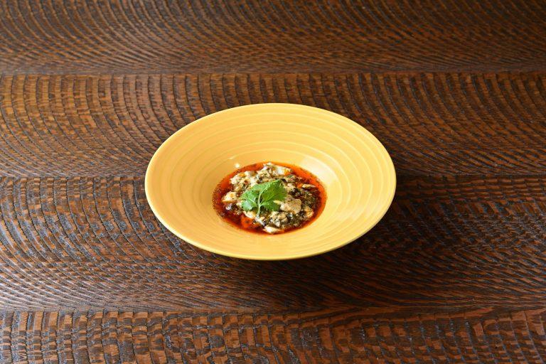 麻婆豆腐。自家製の豆花と枝豆の豆板醤で作る人気メニュー。豆花は85℃で40分ほど蒸すことでふるふるとした口当たりに。