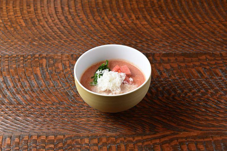 """ラーメン。ラフォーレ原宿の今年のクリスマスメニューのカラーに合わせてトマトと豆乳スープの""""ピンクのラーメン""""を考案。"""
