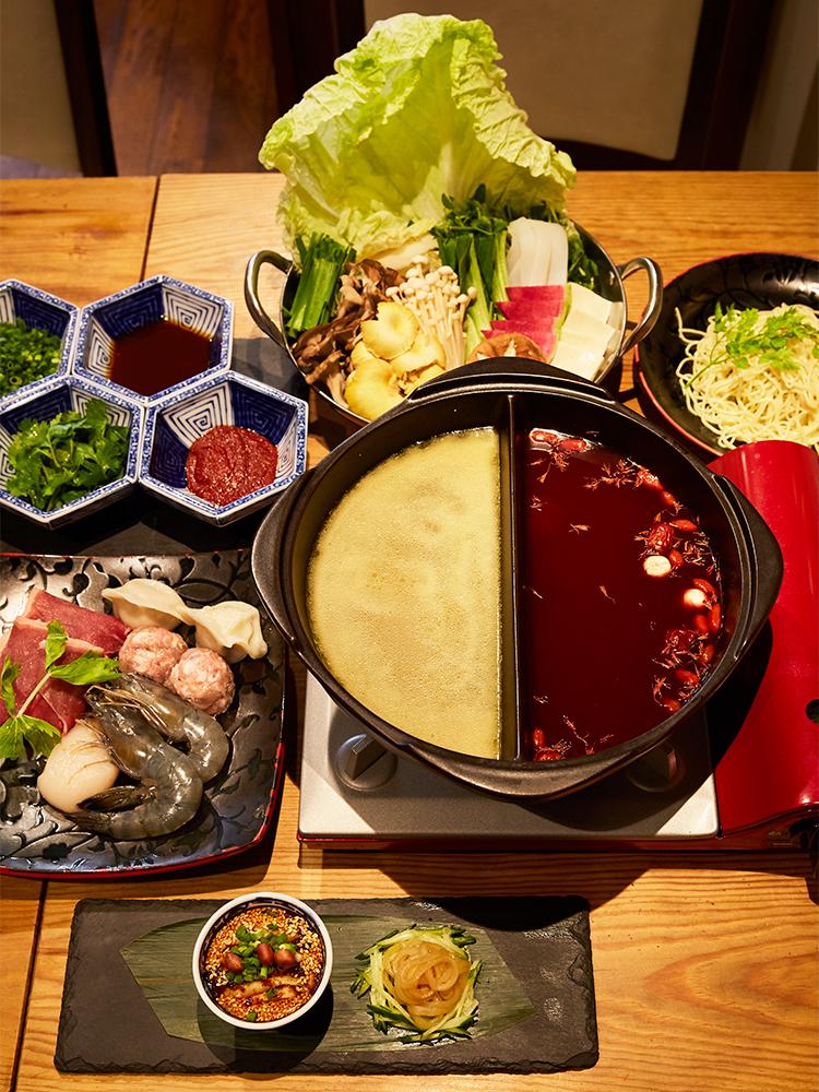 赤は薬膳スープ、白は白湯野山椒スープ。前菜・デザート付き。「三㐂特製火鍋コース」5,000円。