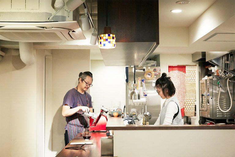 麹町で7年ほど人気バルを営み、昨年祖師ヶ谷大蔵に移転オープン。ワインは妻のあゆみさんと選んでいる。