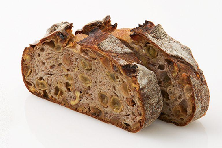 ノアレザン 1g 2.4円(税込)。全粒粉のパンなのに、生地は驚くほどしっとり。白ワイン漬けサンマスカットレーズンがジューシー!