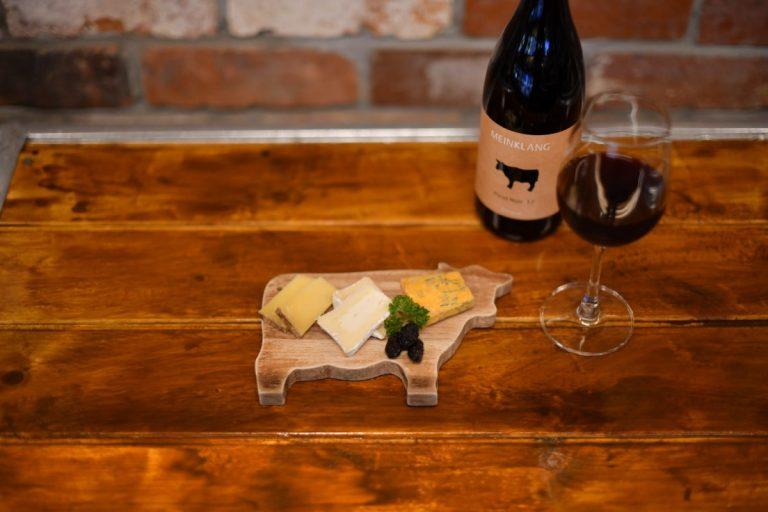 直輸入のチーズを少しずつ試せる「選べるチーズ3種類盛り合わせ」680円。注目度上昇中のオーストラリア産「マインクラング ピノ・ノワール」1杯700円。