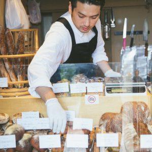 パン売り場と、店主の松本さん。