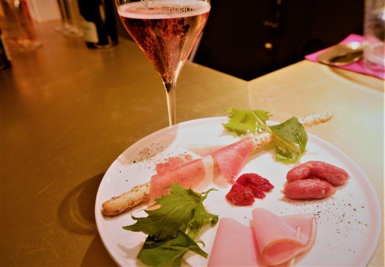 「フランチャコルタ(ロゼ)グラスと軽食のセット」2,500円。